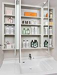 三面鏡付洗面化粧台を採用しました。三面鏡の裏側には収納棚を確保。スキンケア用品やヘアケア用品などをすっきり整理できます。※1