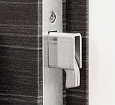 枠と扉の間にバールなどを差し込んで解錠するこじ開けの手口への対策として玄関ドアのカギを施錠すると鎌状の金具がせりだす鎌デッドボルトを採用。
