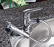 レバー操作ひとつで水量、温度調節可能なシングルレバー水栓を設置。浄水カートリッジを内蔵。※カートリッジ交換費用は別途お客様のご負担となります