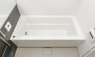ストレート型の浴槽を採用しました。面の構成を活かした機能美あふれるすっきりとした空間で、快適なバスタイムをお楽しみいただけます。