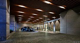 要人を迎えるに相応しいエントランス風景。 邸宅は私的な空間であると同時に公的な空間も要求される。グランドエントランスには、正面まで車でアプローチできる車寄せを採用。