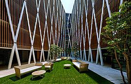 見上げれば匠の設え。印象的な菱形格子に包まれる造形美を持つ空間は、この邸宅の奥深さを象徴している。