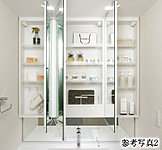 お子様の目線に合わせた三面鏡下鏡を備えた三面鏡付洗面化粧台を採用しました。三面鏡の裏側には収納棚を確保。
