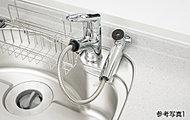 レバー操作ひとつで水量、温度調節可能なシングルレバー水栓。浄水カートリッジを内蔵。※カートリッジ交換費用は別途お客様のご負担となります。