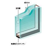 開口部には、2枚のガラスの間に空気層を設けることによって、高い断熱性を発揮し省エネルギー効果も認められている複層ガラスを採用。※2