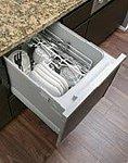 手間をかけず効率よく食器類が洗浄でき、節水効果にも優れた食器洗い乾燥機をご用意しました。スライド式なので楽な姿勢で食器の出し入れができます。
