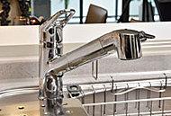 レバー操作ひとつで水量、温度調節可能なシングルレバー水栓を設置。また、浄水カートリッジを内蔵しております。※1