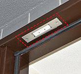 玄関ドアには防犯センサーを設置。防犯セットしている間に防犯センサーが設置された開口部が開けられると警報が鳴り警備会社へ異常信号を発信します。