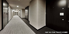 安らぎを深めるホテルライクな内廊下は、プライバシー性を高め、静謐な誇らしい日常となる。