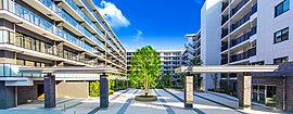 邸宅としての存在感を高めるパーゴラのゲートは、落ちつきあるレンガ調の柱が魅せるスタイリッシュなデザインとともに、広く抜けた中庭空間に品格あるアクセントを創ります。