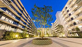 景観に溶け込むガラスウォールから望む、豊かな緑に潤う中庭空間。暮らしと調和する優美な佇まいは街に安らぎをもたらし、人々の羨望を集めます。