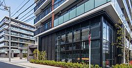 大規模レジデンスに相応しい風格あるメインエントランスは、煌めくガラススクリーンと端正なパーゴラのゲートが空間に連続性を生み出し、採光に配慮した開放感あふれるデザインで住まう方を心豊かに出迎えます。