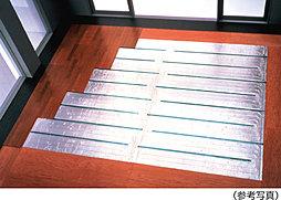 リビング・ダイニングには、東京ガスのTES温水床暖房を採用。温水を利用して足元から心地よく室内を暖め『頭寒足熱』を実現する暖房システムです。