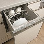 手間をかけず効率よく食器類が洗浄でき節水効果にも優れた食器洗い乾燥機をご用意しました。スライド式なので楽な姿勢で食器の出し入れができます※1