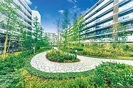 日々に彩りを添え、四季を感じる中庭空間。季節の訪れと呼応しながら、人々が行き交う広場と暮らしに彩りを添えるプライベートガーデン。街並みを一新するにふさわしい憧憬の空間美に包まれます。