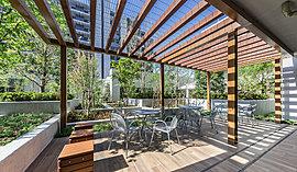 白を基調とした開放感溢れる空間。ガラスを透過してシーズンズガーデンから溢れ出す光が、豊かな温かみを演出。上部に巡らせた木調ルーバーは空間に落ち着きを与え、気品に満ちた寛ぎをもたらします。