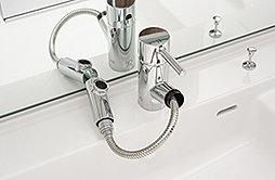 洗面化粧台には、ヘッドが引き出せ、洗面ボウルを洗うときなどに便利なシングルレバー水栓を採用しました。