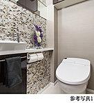 広がりのある空間を演出するタンクレストイレを採用。温水シャワーが快適に使え着座センサーによりノンタッチで便器の自動洗浄も行なう先進の機能付き