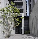 都市生活の快適さを追求したレジデンス。通りから一歩奥まったプライバシー性の高いアプローチゲート。開放感と気品に溢れる2層吹抜けのエントランスホールが、安らぎの私邸へとエスコートします。
