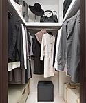 数多くの衣類に加え、足元には引出しや衣装箱、シューズボックスなども収納することができます。