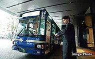 グランドエントランスからJR「新橋」駅前へ直通するシャトルバス。※シャトルバスのご利用には、管理組合が発行する利用券(有料)が必要になります
