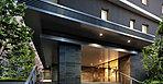 「吉川美南」駅徒歩5分で出逢う迎賓の設え。建物の誇りの象徴となるエントランスは、コーナー部をワイドに張り出した庇やピロティによって迎賓の表情を形成。