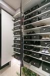 玄関には、天井近くまでの高さがあるトール型の下足入を設けました。靴類はもちろん、背丈のあるブーツや傘まで、すっきりと収納できます。※P-85Aタイプを除く。※上部にHUBなどを設置しています。
