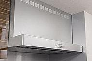 キッチン空間のインテリアを美しく演出する、シャープなスクエアデザインの鋼鈑製(シルバー)レンジフードを採用しました。