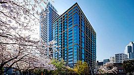 東京の中心で刻を重ねてなお輝きを増す、美麗なる外観デザイン。年月を経ても美しく、なお味わいを増すようなクラシカルモダンな外観デザインを採用。壁面に彫りの深い設えと基壇部にあしらった天然石によってグレード感を演出している。