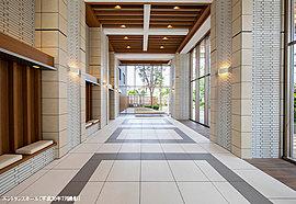 二層吹き抜けの開放的なエントランスホールは、オープンガーデン(自主管理公園)と連続させたデザインにすることで一層の広がりをかんじる空間をつくり出します。