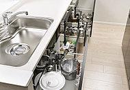 システムキッチンには物が取り出しやすく、開閉もスムーズな、スライド式収納を採用しました。
