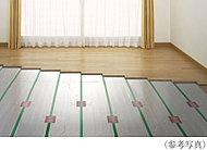 リビング・ダイニングには温水床暖房を採用。温水を利用して足元から心地よく室内を暖め、理想的といわれる『頭寒足熱』を実現する暖房システムです。