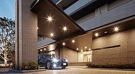 堂々たる車寄せにゲストを迎える品格。エントランスの前には、来賓を迎えるもてなしの風景として、ホテルを思わせる車寄せを設けました。街の新たな象徴となる住まいの顔にふさわしい、風格の構えです。