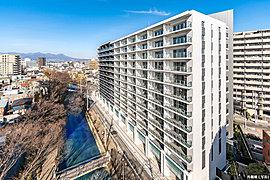 「水と緑と詩のまち」を象徴する広瀬川を臨み、行政と商業施設が集積する前橋の中心に、新たな水辺のランドマークが誕生する。それは、全120邸、住宅・商業一体※1の大規模レジデンス。水と緑と光に恵まれた新生前橋の幕開けが、ここに始まる。