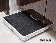 洗面化粧台のキャビネットの下部を有効利用し、体重計の収納に便利なヘルスメータースペースを設けています。※ヘルスメーターのサイズによっては収納できないものもあります。