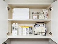 パウダールームには、タオルなどの収納に便利なリネン庫をご用意。脱衣時や入浴後など、必要なものをすぐに取り出すことができます。