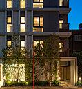 街並みに住まう方々の誇りを映し出す、精緻な意匠を施した邸宅の顏。