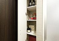 パウダールームには、タオルや肌着類などの収納に便利なリネン庫をご用意。※Dタイプを除く。