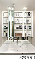お子様の目線に合わせた三面鏡下鏡を備えた三面鏡付洗面化粧台を採用しました。