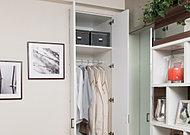 各居室のクロゼットは、お使いになる方の好みやライフスタイル、部屋の用途に応じてパーツをオプション(有償)で加えることのできるシステム収納を採用しました。