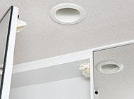 キッチンの吊戸棚、洗面化粧台の三面鏡収納の扉には、地震の揺れによって扉が開いて、収納物が落下しないように、耐震ラッチを設置。住まう方の安全に配慮しています。