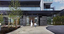 緑の潤いで暮らしを包み込む、迎賓空間。エントランスホールヘー歩足を踏み入れると、柔らかな光に包まれた気品あふれるホテルのロビーのような雰囲気に包まれます。