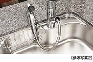 レバー操作ひとつで水量、温度調節可能なシングルレバー水栓を設置。シャワーヘッドを引き出せるので、シンクの掃除などにも便利です。 ※カートリッジ交換費用は別途お客様のご負担となります。