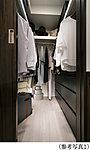 ひと目で収納物を確認できるウォークインクロゼットは、ゆとりの広さを備えた大型収納。数多くの衣類に加え、足元には引出しや衣装箱、シューズボックスなども収納することができます。
