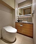 トイレには、高級感あふれる天然石仕上げの手洗いカウンターを設けています。また、広がりのある空間を演出するタンクレストイレを採用。