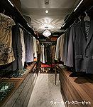 ゆとりの広さを備えた大型収納。数多くの衣類に加え、足元には引出しや衣装箱、シューズボックスなども収納することができます。