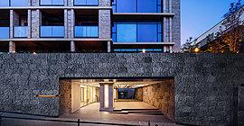 重厚な石積みの擁壁に息づく結界性と、穏やかに漂う迎賓の空気。格調高い門構えが、この地に新たな品格を紡ぎ出す。