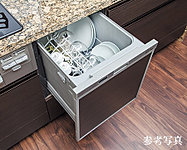 手間をかけず、効率よく食器類が洗浄でき、節水効果にも優れた食器洗い乾燥機をご用意しました。スライド式なので、楽な姿勢で食器の出し入れができます。※C2タイプを除く。