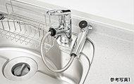レバー操作ひとつで水量、温度調節可能なシングルレバー水栓を設置。シャワーヘッドを引き出せるので、シンクの掃除などにも便利です。※カートリッジ交換費用は別途お客様のご負担となります。