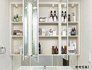 お子様の目線に合わせた三面鏡下鏡を備えた三面鏡付洗面化粧台を採用しました。三面鏡の裏側には収納棚を確保。スキンケア用品やヘアケア用品などをすっきり整理できます。